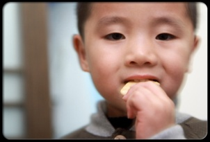 abdominal-pain-in-children-s23-photo-of-boy-eating-cracker